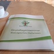 Zum Seminar gibt es ein Skript, ein Arbeitsbuch und das Lehrbuch BioLogisches Heilwissen